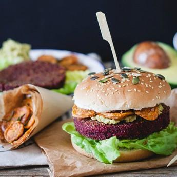 ricetta Veg burger di barbabietola rossa e bulghur, con hummus di ceci e avocado, e chips di patata dolce