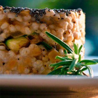 ricetta Sorgo con lenticchie rosse, cipolla in agrodolce e zucchine croccanti