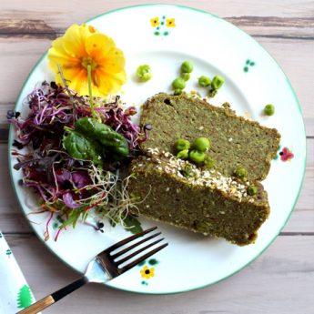 ricetta Sformato di piselli, teff e mirto con insalatina di fiori e germogli misti